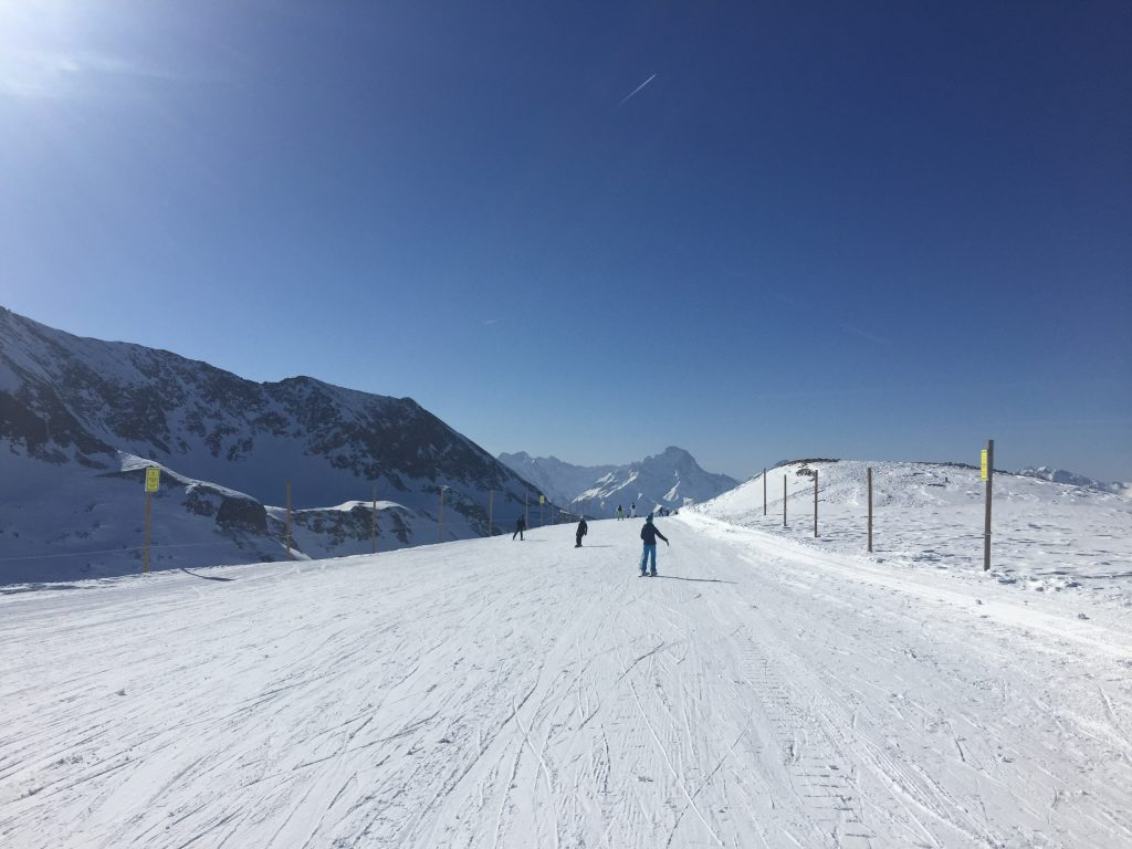 People skiing in Vaujany
